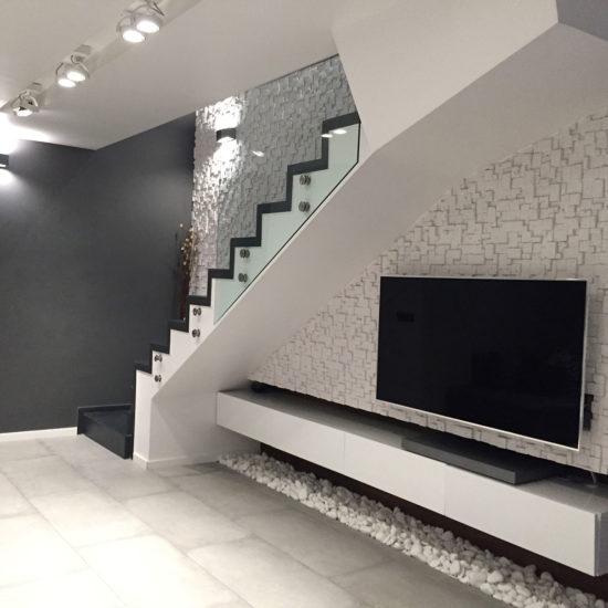Интериорен дизайн на дневна в мезонет- тв стена